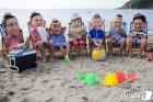 해변서 G7 정상 가면 쓰고 풍자하는 활동가들