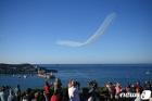 G7 정상회의 축하 곡예 비행 구경하는 英 시민들