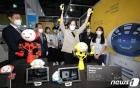 모션 수트 로봇 체험하는 유은혜 사회부총리