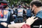 집회 위한 장비 옮기는 노동자들