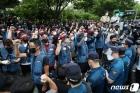 경찰과 대치하는 택배 노동자들