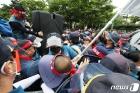 집회 준비 중 경찰과 대치하는 택배노조원들