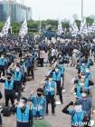 구호 외치는 택배 노동자들