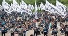 구호 외치는 택배 근로자들