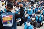 구호 외치는 우체국 택배 노동자들