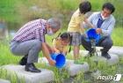 곡성군, 환경의 날 기념 토종 치어 3만 마리 방류