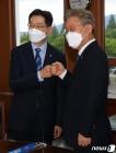김경수 지사·이재명 지사 '주먹 인사'
