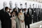 할아버지 사진 앞에 선 참전용사의 후손들