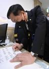 방명록 적는 김기현 원내대표