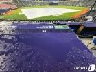 젖은 관중석과 경기장의 방수포
