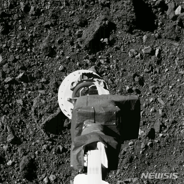 美탐사선, 3.3억㎞ 밖 소행성 '터치다운'…생명체 흔적 찾는다